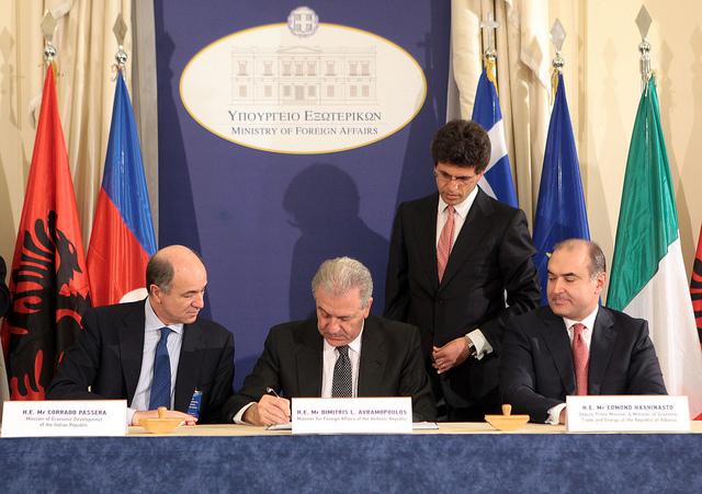 Τη συμφωνία, εκ μέρους των κυβερνήσεων των τριών κρατών, υπέγραψαν ο Υπουργός Εξωτερικών Δημήτρης Αβραμόπουλος, ο Αντιπρόεδρος της Κυβέρνησης και Υπουργός Οικονομικών και Ενέργειας της Αλβανίας Edmond Haxhinasto και ο Υπουργός Ανάπτυξης της Ιταλίας Corrado Passera.