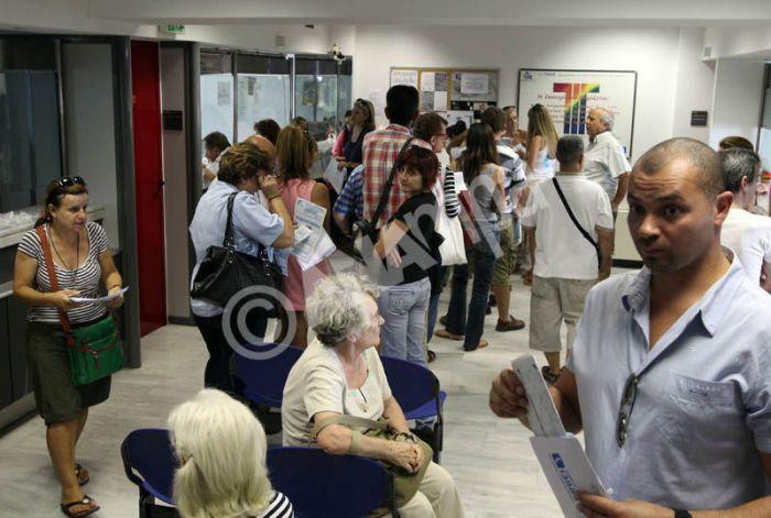 Συνωστισμός στην Εφορία Παγκρατίου από κόσμο που θέλει να εξοφλήσουν τις φορολογικές του υποχρεώσεις, Δευτέρα 1 Οκτωβρίου 2012. ΑΠΕ-ΜΠΕ/ΑΠΕ-ΜΠΕ/Παντελής Σαίτας