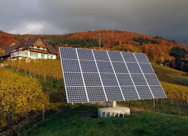 Αναλυτικότερα το νομοσχέδιο του ΥΠΕΚΑ προβλέπει (άρθρο 9), αναστολή σύναψης συμβάσεων σύνδεσης και συμβάσεων πώλησης ηλεκτρικής ενέργειας με τον ΛΑΓΗΕ (Λειτουργό Αγοράς ) και τον ΔΕΔΔΗΕ (Διαχειριστή Δικτύου) μέχρι τις 31 Δεκεμβρίου 2013. Η αναστολή δεν αφορά τα οικιακά φωτοβολταϊκά (στέγες).