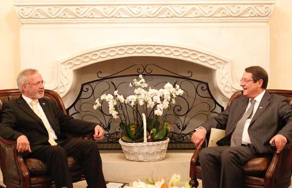 Ο  Πρόεδρος της Ευρωπαϊκής Τράπεζας Επενδύσεων κ. Werner Hoyer (αριστερά) υπέγραψε συμφωνία παροχής δανείου προς την  Κυπριακή Δημοκρατία. Θα χρηματοδοτηθούν εργαλεία για τη στήριξη των μικρομεσαίων (ΓΤΠ)